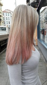 Tie and dye pastel rose sur cheveux bland